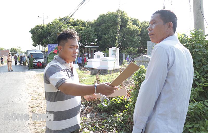 Đối tượng Phạm Văn Hiểu (trái) tại buổi thực nghiêm điều tra.