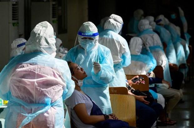 Nhân viên y tế lấy mẫu xét nghiệm COVID-19 tại Bangkok, Thái Lan. (Ảnh: AFP/TTXVN)