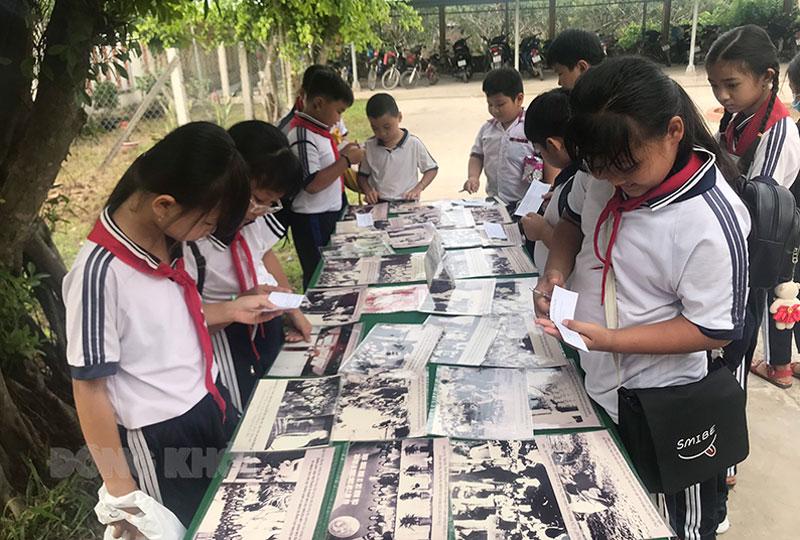 Các em học sinh tìm tài liệu đọc tại trường. Ảnh: Lê Đệ