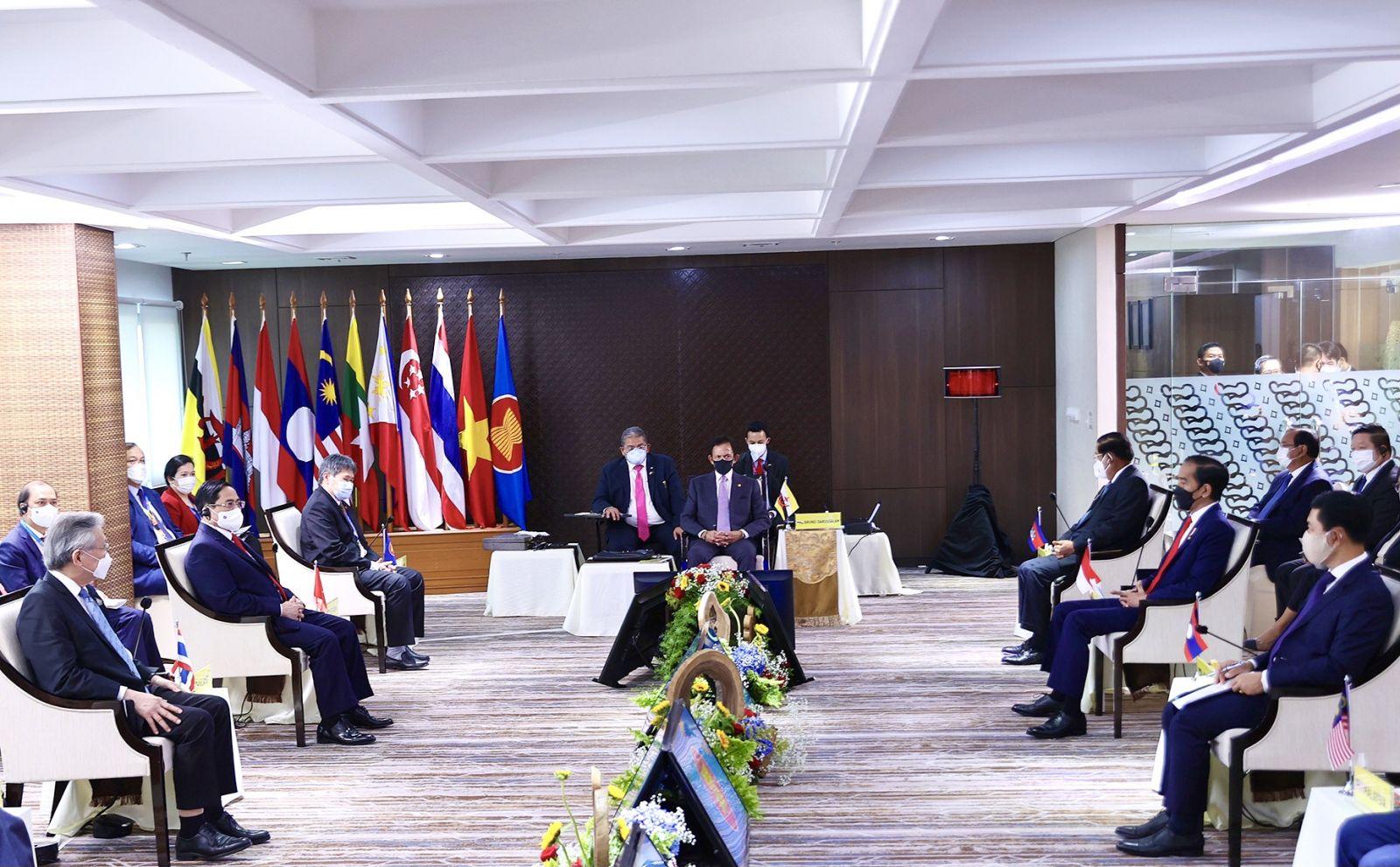 Kết thúc Hội nghị, nước Chủ tịch ASEAN đã ra Tuyên bố Chủ tịch về kết quả Hội nghị, trong đó có 5 điểm ASEAN đã đồng thuận về vấn đề Myanmar.  - Ảnh: VGP/Nhật Bắc