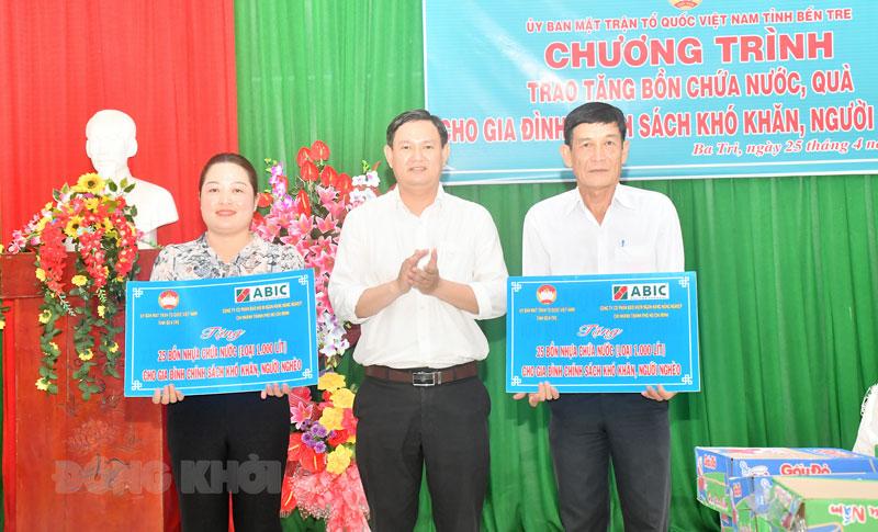 Quyền Chủ tịch Ủy ban MTTQ Việt Nam tỉnh Nguyễn Phúc Linh trao bảng tượng trưng cho xã Vĩnh An và Vĩnh Hòa.
