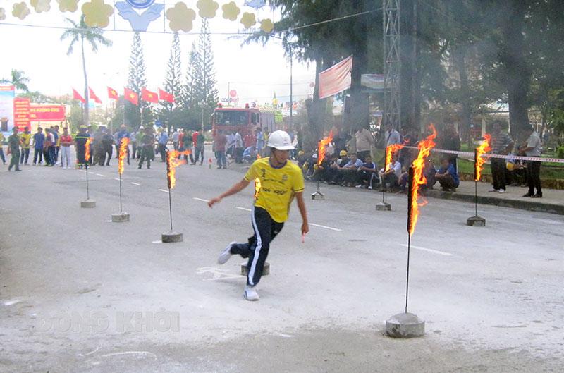 Lực lượng ở cơ sở tham gia hội thi phòng cháy, chữa cháy. Ảnh: Đ. Chính