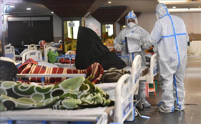 Nhân viên y tế điều trị cho bệnh nhân nhiễm COVID-19 tại bệnh viện ở New Delhi, Ấn Độ. Ảnh: THX/TTXVN