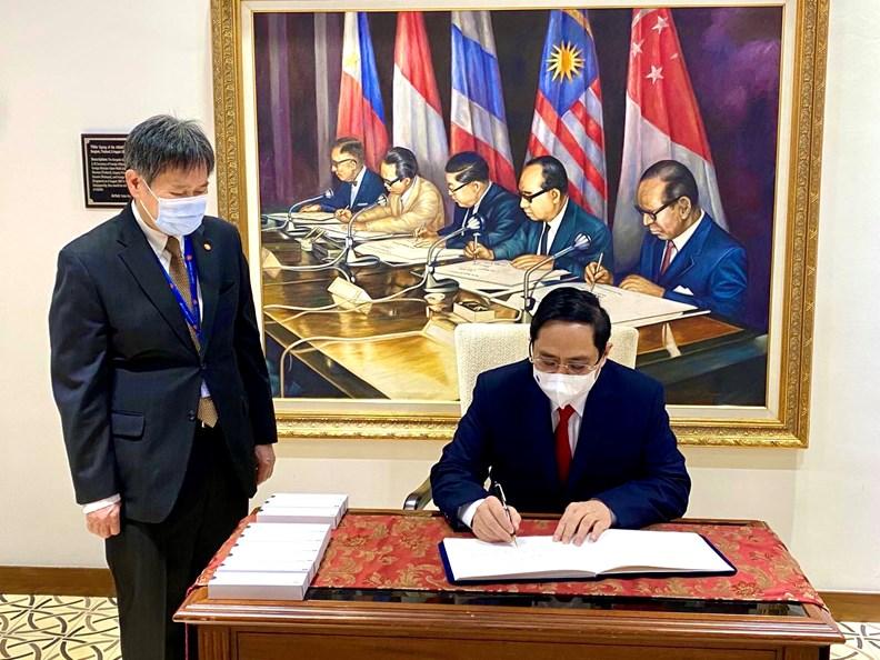Thủ tướng Phạm Minh Chính ký sổ lưu niệm tại trụ sở Ban Thư ký ASEAN. Ảnh: VGP/Nhật Bắc
