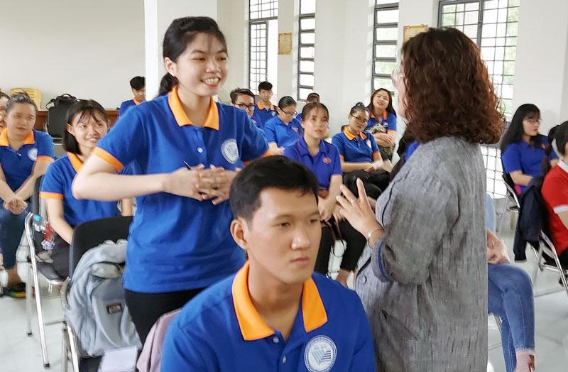 Bà Trần Ngọc Bảo Khanh tương tác với các sinh viên với nội dung xây dựng hành trình nghề nghiệp.