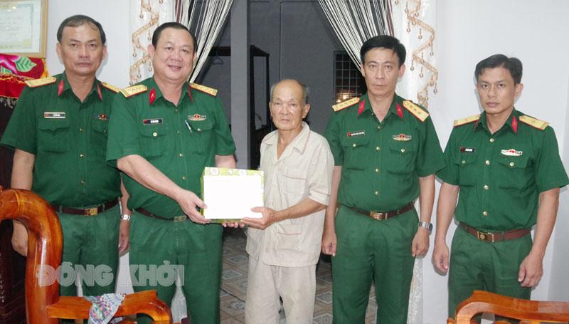Đoàn cán bộ Bộ Chỉ huy Quân sự tỉnh và Trung đoàn 895 đến thăm cán bộ nguyên Ban Chỉ huy Tiểu đoàn 560. Ảnh: Đặng Thạch