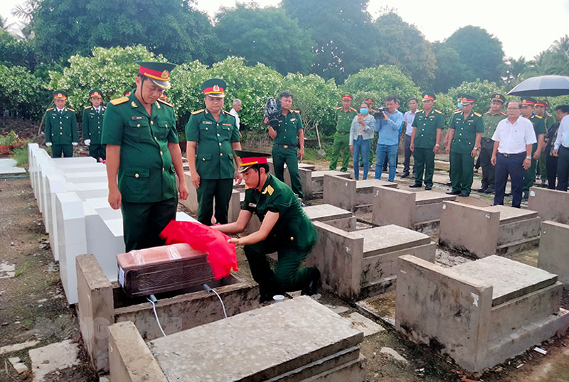 Cải táng liệt sĩ tại Nghĩa trang huyện Châu Thành.