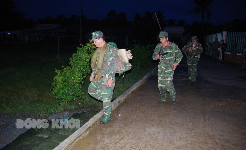 Luyện tập hành quân mang vác nặng trong diễn tập khu vực phòng thủ. Ảnh: Đ.Thạch