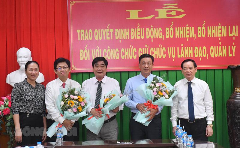 Chủ tịch UBND tỉnh Trần Ngọc Tam trao quyết định bổ nhiệm, luân chuyển cán bộ Văn phòng UBND tỉnh, Văn phòng HĐND tỉnh.