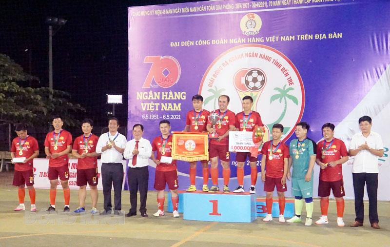 Ban tổ chức trao cúp vô địch cho đội hạng nhất ở bảng B.