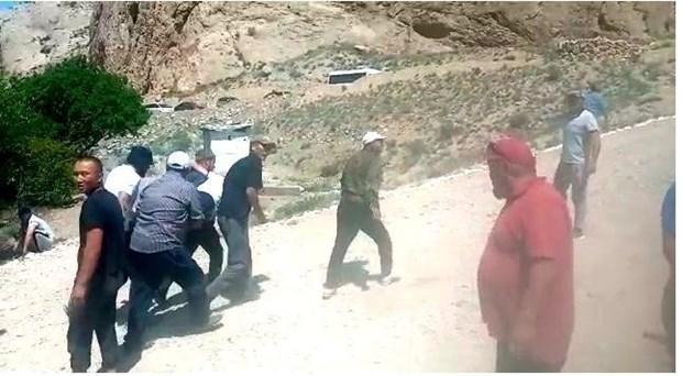 Cấp cứu người bị thương sau vụ đụng độ giữa người dân Kyrgyzstan và Tajikistan. (Nguồn: akipress.com)