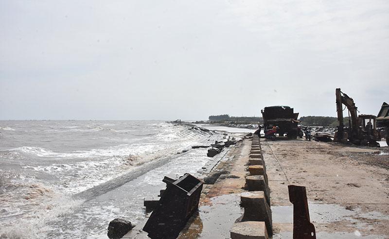 Thi công kè giảm sóng bảo vệ bờ biển khu vực cồn Nhàn, xã Bảo Thuận, huyện Ba Tri. Ảnh: Cẩm Trúc