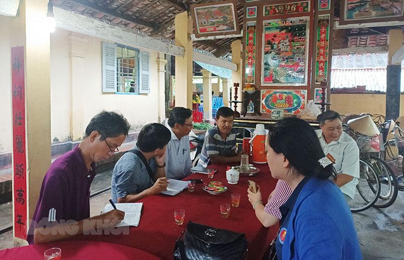 Đoàn nghiên cứu xây dựng địa phương chí đến tìm hiểu tại đình Phú Tự, xã Phú Hưng, TP. Bến Tre. Ảnh: Bùi Hữu Nghĩa