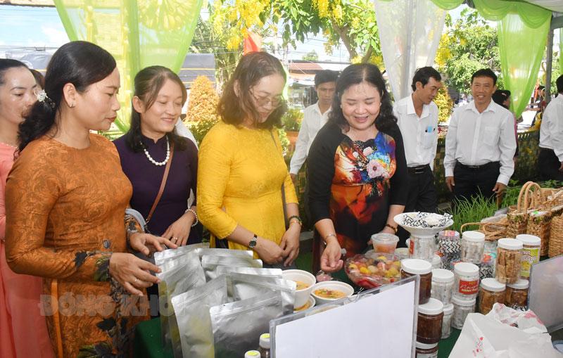 Phó bí thư Thường trực Tỉnh ủy Hồ Thị Hoàng Yến tham quan các sản phẩm OCOP tại xã Phú Nhuận, TP. Bến Tre. Ảnh: Hữu Hiệp