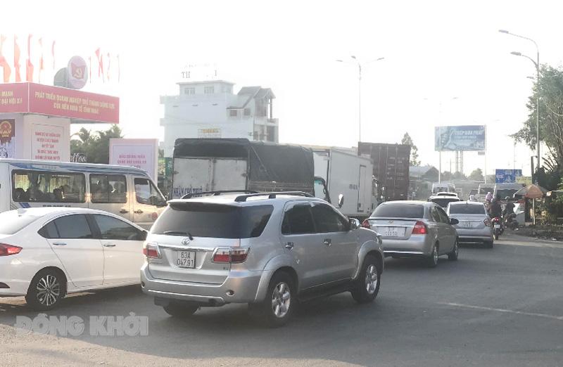 Xe di chuyển chậm trên tuyến quốc lộ 60 đoạn gần cầu Rạch Miễu phía Châu Thành Bến Tre. Ảnh: Trúc Lan.