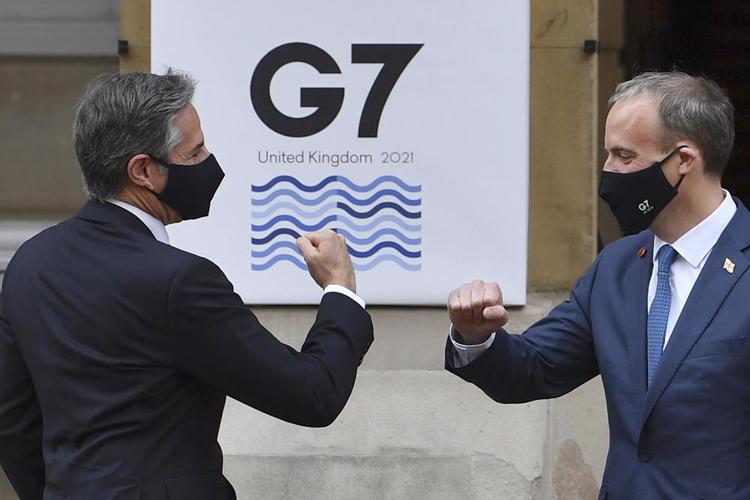 Ngoại trưởng Mỹ Antony Blinken (trái) và người đồng cấp Anh Dominic Raab tại London ngày 4-5. Ảnh: AP