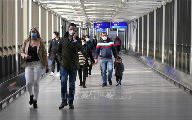 Người dân đeo khẩu trang phòng dịch COVID-19 tại Frankfurt, Đức, ngày 18-3-2021. Ảnh: THX/TTXVN