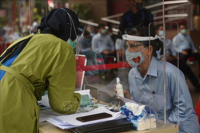 Một điểm lấy mẫu xét nghiệm COVID-19 cho người dân tại Jakarta, Indonesia. Ảnh: THX/TTXVN