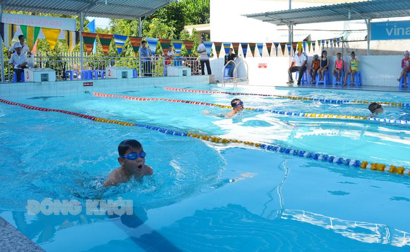 Trẻ em tham gia Giải bơi phổ cập TP. Bến Tre.