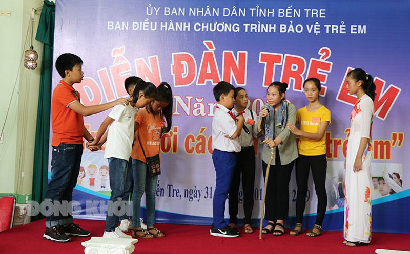 Học sinh THCS biểu diễn tiểu phẩm về các vấn đề xã hội liên quan đến trẻ em tại Diễn đàn trẻ em.