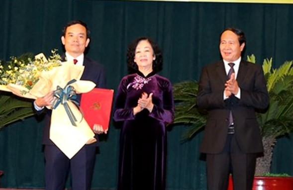 Đồng chí Trương Thị Mai trao quyết định và chúc mừng đồng chí Trần Lưu Quang