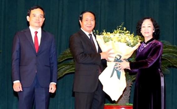 Đồng chí Trương Thị Mai chúc mừng đồng chí Lê Văn Thành.