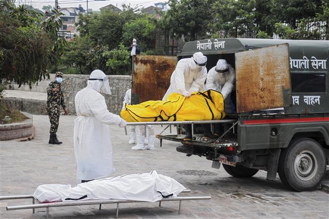 Chuyển thi thể bệnh nhân tử vong do COVID-19 tại Kathmandu, Nepal. Ảnh: AFP/TTXVN