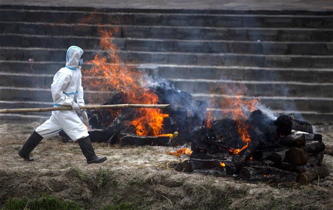 Hỏa táng bệnh nhân tử vong do COVID-19 tại Kathmandu, Nepal, ngày 3-5-2021. Ảnh: THX/TTXVN