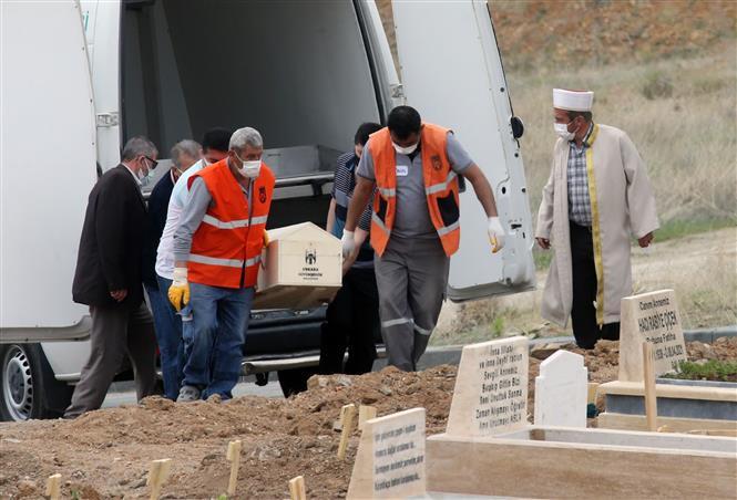 Chuyển thi thể bệnh nhân COVID-19 tại nghĩa trang ở Ankara, Thổ Nhĩ Kỳ, ngày 4-5-2021. Ảnh: THX/ TTXVN