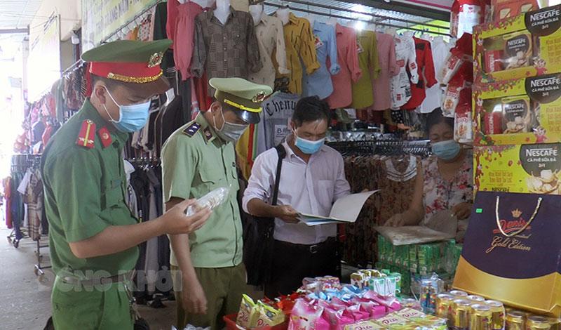 Kiểm tra tại một cửa hàng tạp hóa. Ảnh: Nguyễn Hiệp
