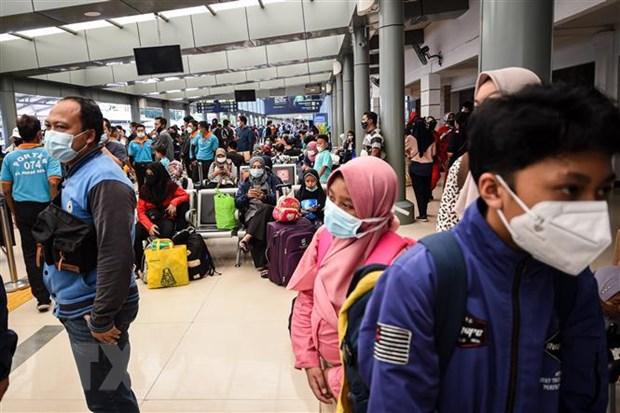 Người dân đeo khẩu trang phòng lây nhiễm COVID-19 tại Jakarta, Indonesia, ngày 1-5-2021. Ảnh: THX/TTXVN