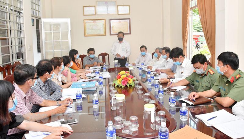 Quang cảnh buổi kiểm tra công tác bầu cử tại Ủy ban Bầu cử xã Phú Hưng (TP. Bến Tre).