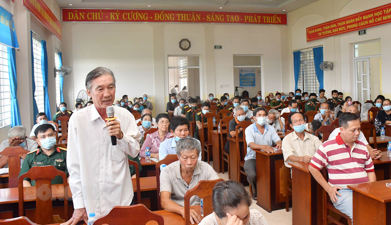 Cử tri xã Sơn Đông phát biểu tại buổi tiếp xúc cử tri. Ảnh: Hữu Hiệp