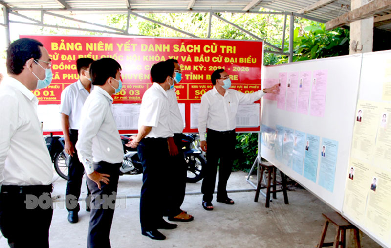 Chủ tịch UBND tỉnh Trần Ngọc Tam khảo sát một điểm niêm yết danh sách người ứng cử và danh sách cử tri trên địa bàn xã Phước Ngãi, huyện Ba Tri.