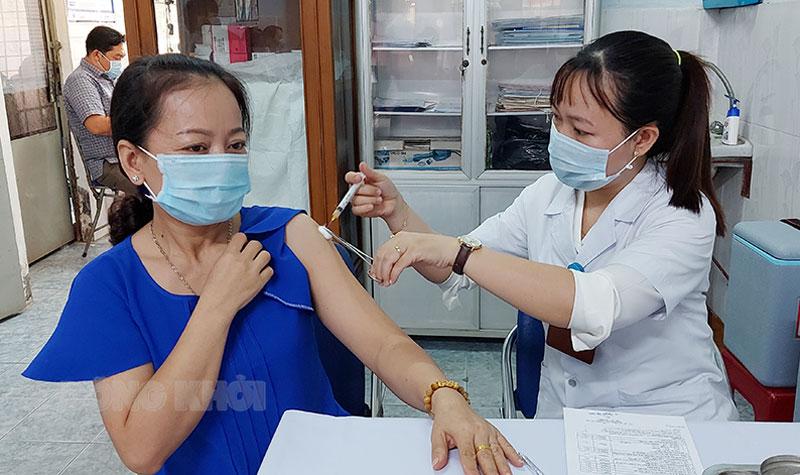 Cán bộ y tế Trung tâm Kiểm soát bệnh tật tỉnh tiêm chủng.
