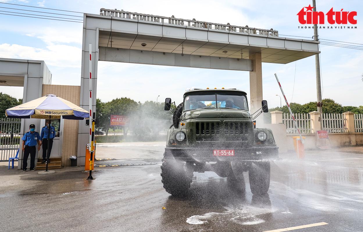 Chiều 6--5, Bộ Quốc phòng, Bộ Tư lệnh Thủ đô phối hợp với Ban Chỉ huy Quân sự huyện Đông Anh (Hà Nội) đã tiến hành phun khử khuẩn toàn bộ Bệnh viện Bệnh nhiệt đới Trung ương cơ sở Đông Anh. Ảnh: Trung Nguyên