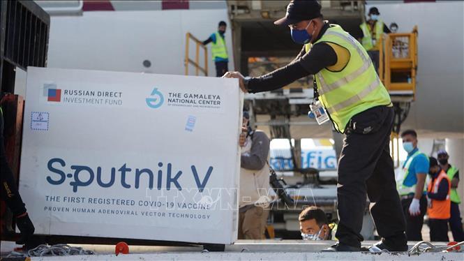 Lô vaccine phòng COVID-19 Sputnik V đầu tiên được chuyển tới sân bay ở Manila, Philippines, ngày 1-5-2021. Ảnh: AFP/TTXVN