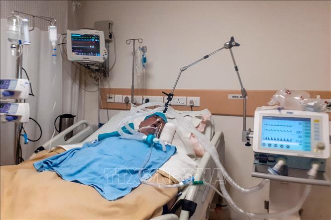 Bệnh nhân COVID-19 được điều trị tại bệnh viện ở New Delhi, Ấn Độ ngày 9-6-2020. Ảnh: AFP/TTXVN