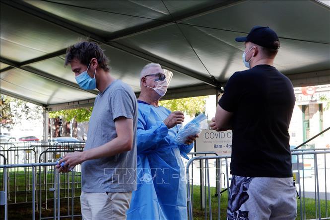 Nhân viên y tế làm việc tại trung tâm xét nghiệm COVID-19 ở Perth, Tây Australia, ngày 24-4-2021. Ảnh: THX/TTXVN