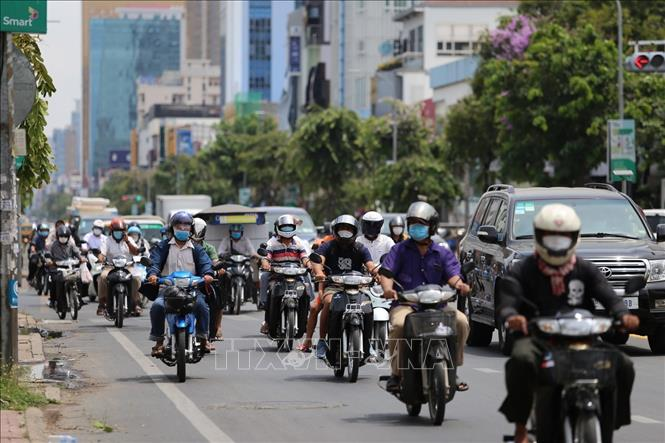 Người dân Phnom Penh tham gia giao thông bình thường tại khu vực được phép di chuyển sau khi thành phố dỡ bỏ lệnh phong tỏa. Ảnh: Nguyễn Vũ Hùng - PV TTXVN tại Campuchia