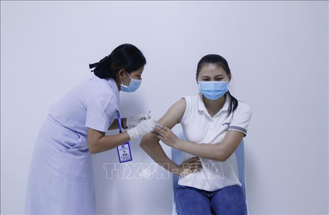 Bác sĩ Bệnh viện Setthathirath, thủ đô Viêng Chăn tiêm vaccine COVID-19 cho người dân Campuchia. Ảnh: Phạm Kiên (P/v TTXVN tại Lào)