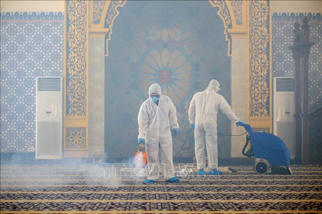 Phun thuốc khử trùng nhằm ngăn chặn dịch COVID-19 tại Bandar Seri Begawan, Brunei, ngày 17-3-2020. Ảnh: AFP/TTXVN