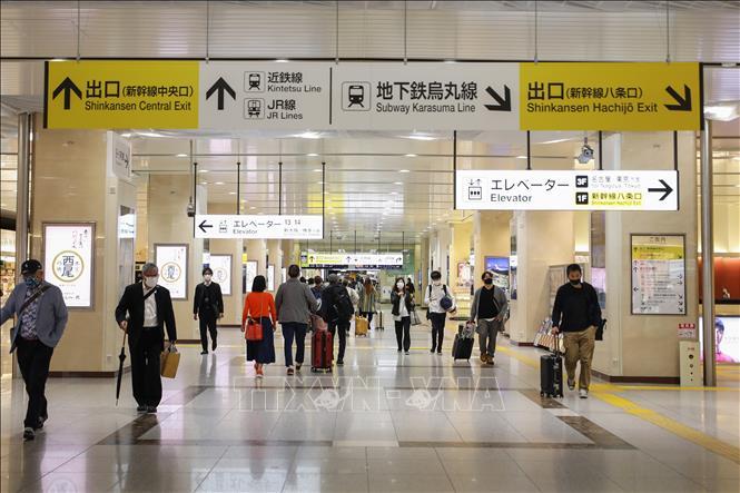 Người dân đeo khẩu trang phòng dịch COVID-19 tại nhà ga Kyoto, Nhật Bản, ngày 29-4-2021. Ảnh: THX/TTXVN