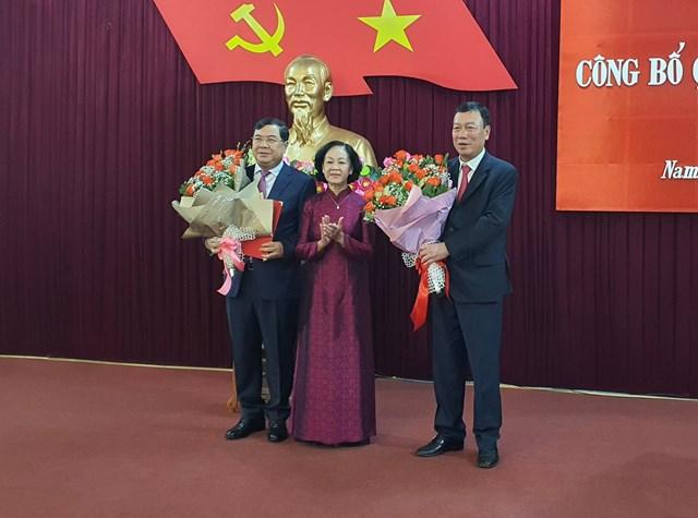 Trưởng ban Tổ chức Trung ương Trương Thị Mai trao quyết định của Bộ Chính trị cho ông Phạm Gia Túc; tặng hoa chúc mừng tân Bí thư Tỉnh ủy Nam Định Phạm Gia Túc và nguyên Bí thư Tỉnh ủy Đoàn Hồng Phong.