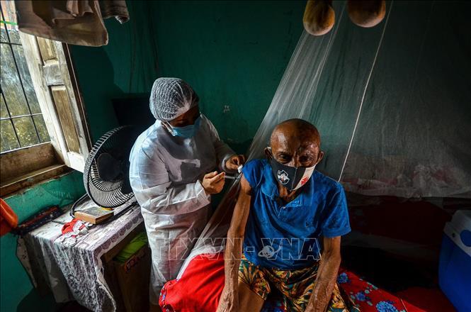 Nhân viên y tế tiêm vaccine phòng COVID-19 cho người dân tại Moju, bang Para, Brazil. Ảnh: AFP/TTXVN