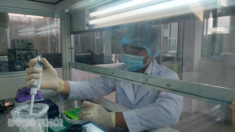 Cán bộ y tế CDC thực hiện nhiệm vụ xét nghiệm.