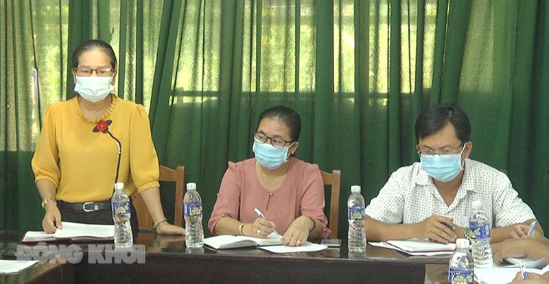 Phó chủ tịch Ủy ban MTTQ Việt Nam tỉnh Đặng Thị Phượng phát biểu tại xã Phú Phụng.