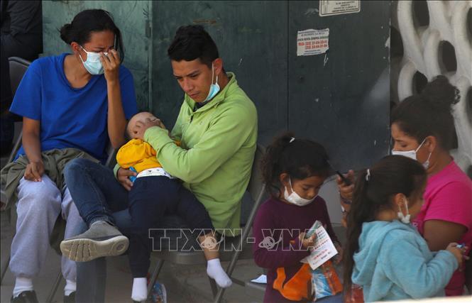 Người di cư trở lại khu vực Ciudad Juarez, bang Chihuahua, Mexico, sau khi bị trục xuất khỏi Mỹ ngày 5-4-2021. Ảnh: AFP/TTXVN