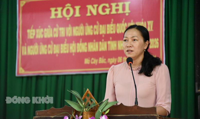 Nguyễn Thị Yến Nhi - Phó chủ tịch HĐND tỉnh trình bày chương trình hành động tại buổi tiếp xúc cử tri. Ảnh: Thanh Đồng.