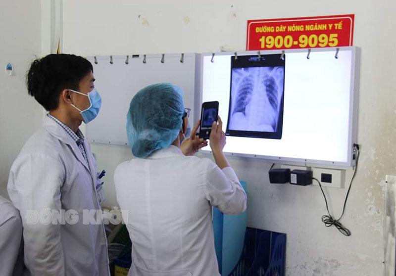 Bác sĩ Bệnh viện Nguyễn Đình Chiểu ứng dụng mạng điện thoại để hội chẩn bệnh án với Ban giám đốc.